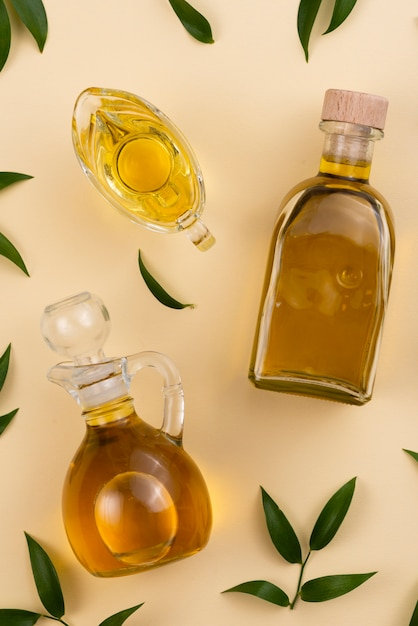 Variedad de botellas y vasos llenos de aceite de oliva. Foto gratis