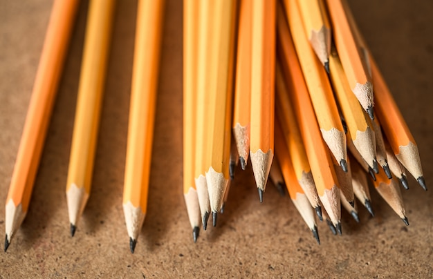 Una variedad de lápices de grafito Foto gratis