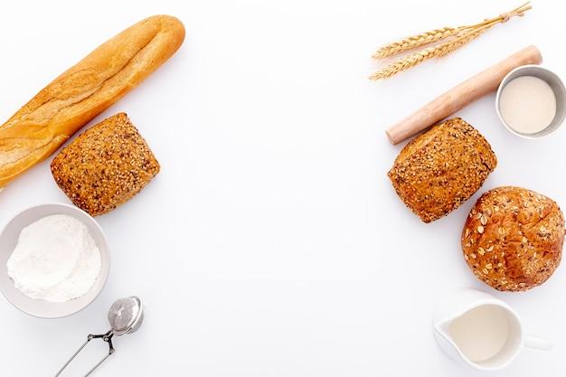 Variedad de panes horneados marco con espacio de copia Foto gratis