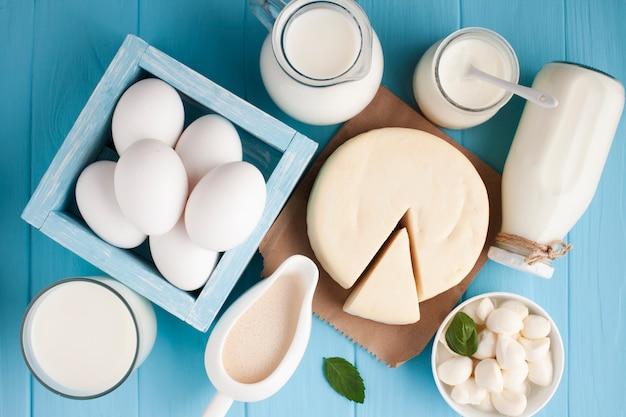 Variedad plana de productos lácteos frescos. Foto gratis