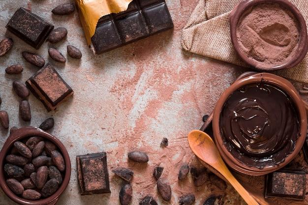 Variedad de productos de cacao a partir de granos de cacao Foto gratis