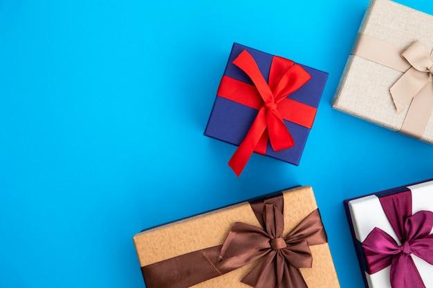 Variedad de regalos de colores. Foto gratis