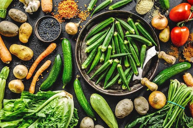 Variedad de verduras frescas sabrosas en la oscuridad Foto gratis