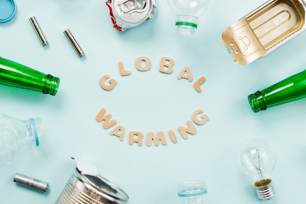 Varios basura alrededor de letras de calentamiento global Foto gratis