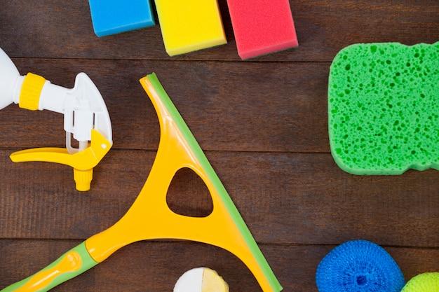 Varios equipos de limpieza dispuestos en piso de madera Foto Premium