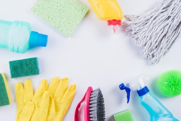 Varios equipos de limpieza sobre fondo gris Foto gratis