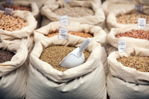 Varios granos en bolsas Foto gratis