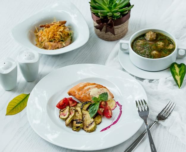 Varios platos principales sobre la mesa Foto gratis
