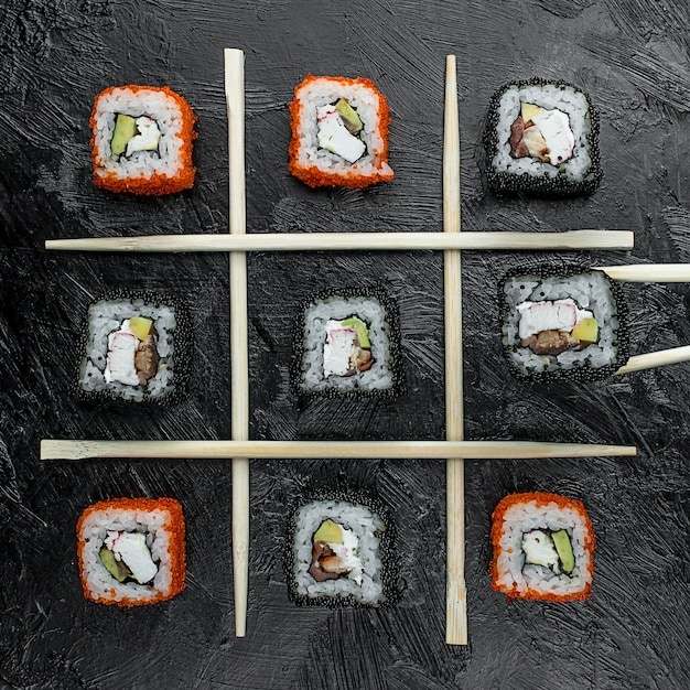 Varios sushi de pescado en la mesa Foto gratis