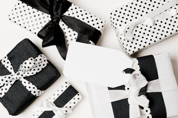 Varios tipos de cajas de regalo envueltas en papel de diseño en blanco y negro. Foto gratis
