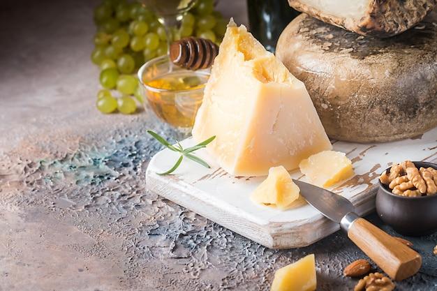 Varios tipos de queso Foto Premium