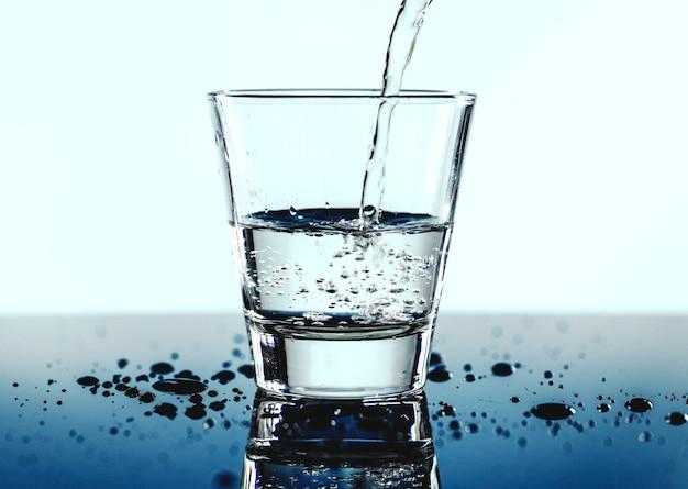 Un vaso de agua macro disparo Foto gratis