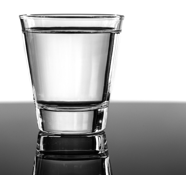 Un vaso de agua macro shot Foto gratis
