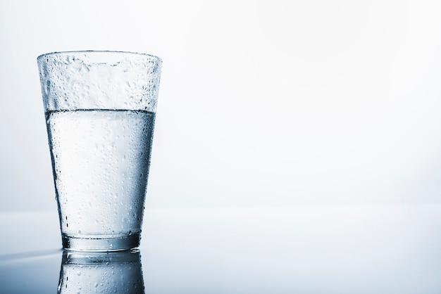 Vaso de agua Foto gratis