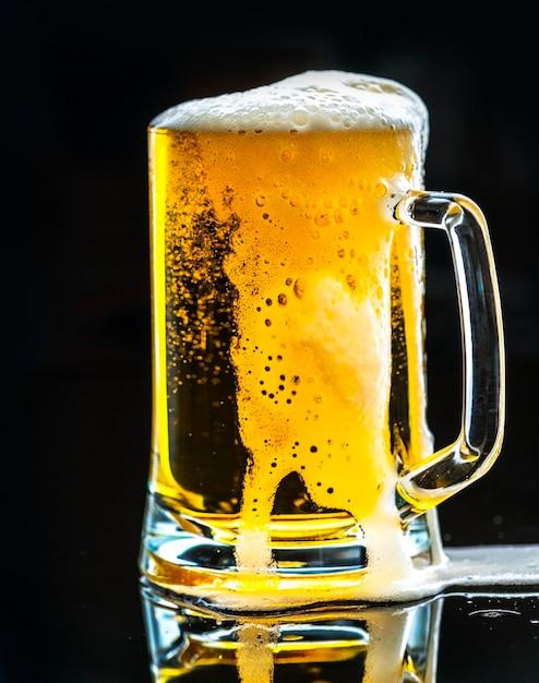 Un vaso de cerveza fría fotografía macro Foto gratis