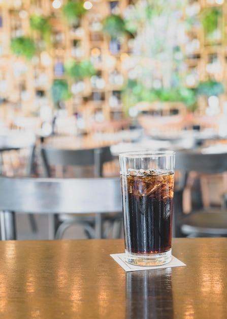 Un vaso de cola en el restaurante Foto Premium