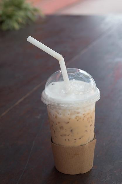 Vaso de café frío helado puesto en la mesa de madera | Descargar ...