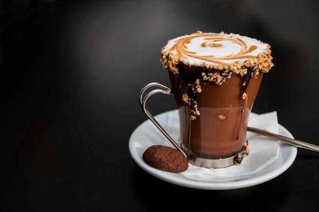 Vaso de caf sobre fondo negro taza de caf caliente y la for Taza de cafe con leche