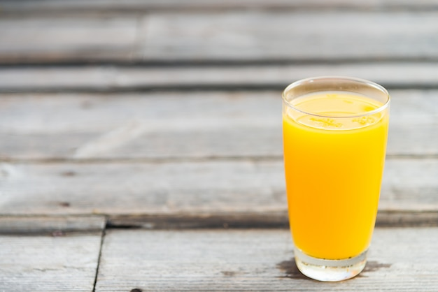 Vaso de jugo de naranja Foto gratis