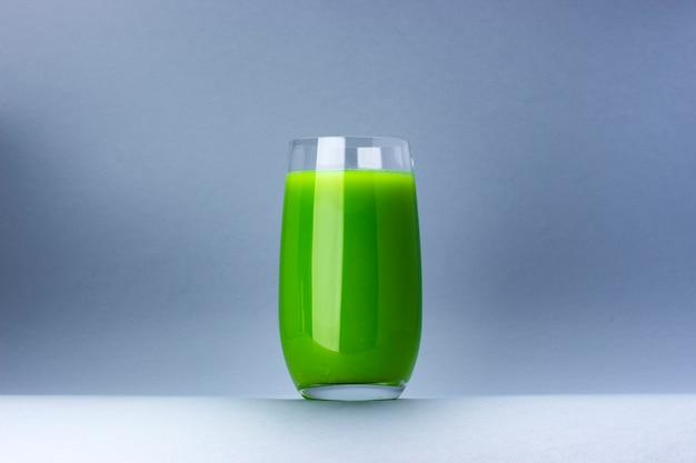 Vaso de jugo verde aislado sobre fondo blanco con espacio de copia de texto Foto Premium