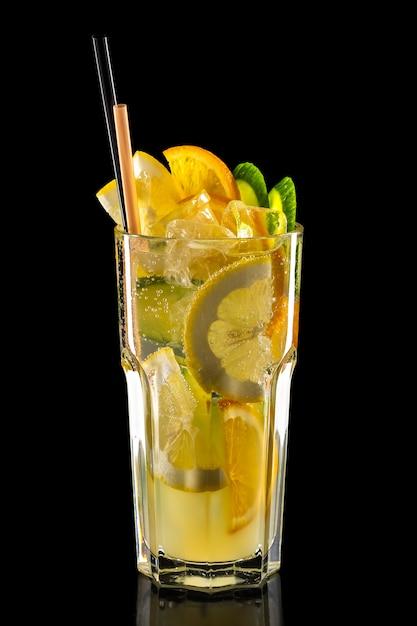 Vaso de limonada de frambuesa, kiwi y limón hielo aislado Foto Premium