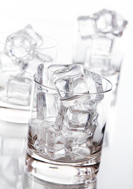 Vaso lleno de cubitos de hielo Foto gratis
