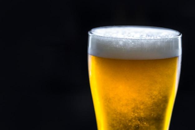 Un vaso de macro fotografía de cerveza fría Foto gratis