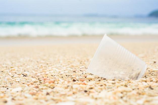 Vaso de plastico en la playa Foto Premium