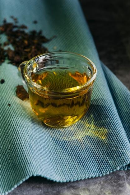 Vaso de té de hierbas en servilleta azul Foto gratis
