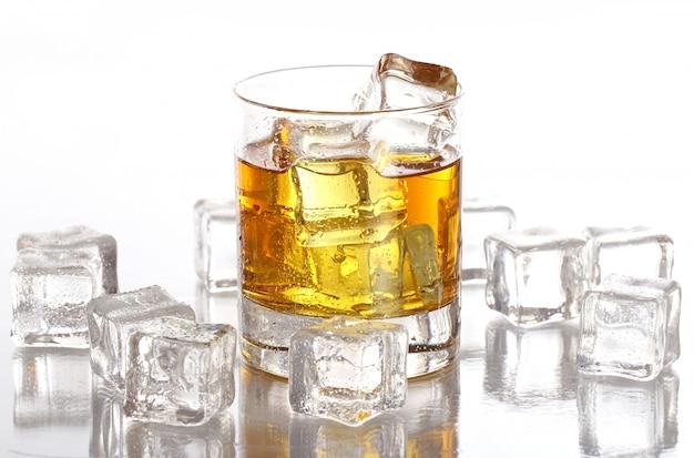 Vaso con whisky frío Foto gratis