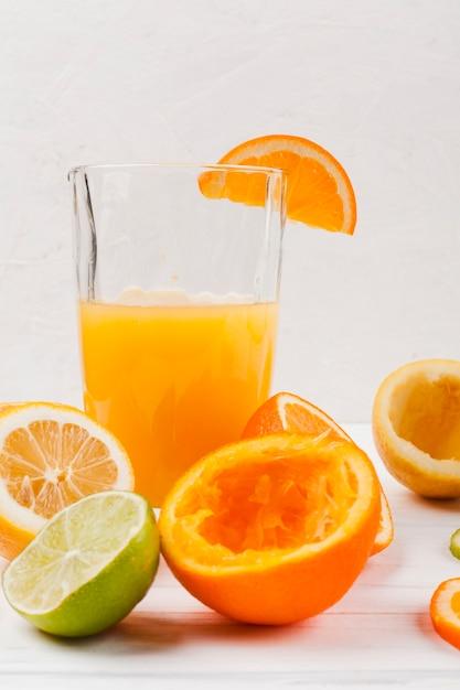 Vaso de zumo fresco con fruta. Foto gratis