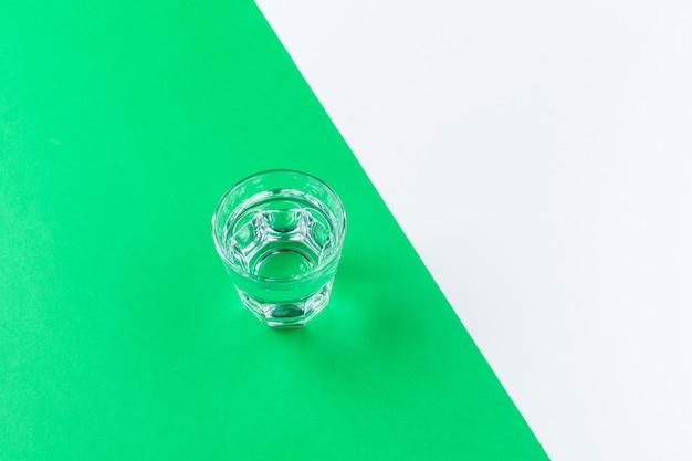 Vasos de agua sobre un fondo de color Foto Premium
