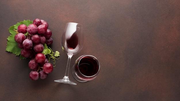 Vasos artísticos de vino tinto. Foto gratis