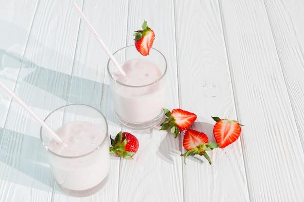 Vasos de batido con fresas Foto gratis