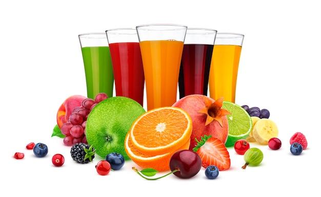 Vasos de diferentes jugos, frutas y bayas aisladas en blanco Foto Premium