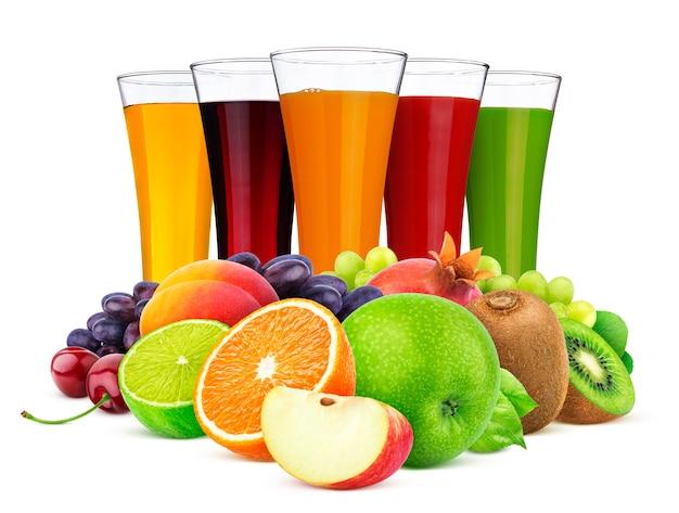 Vasos de diferentes jugos, frutas y bayas aislados en blanco Foto Premium