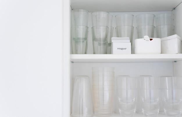 Vasos en encimera Foto gratis