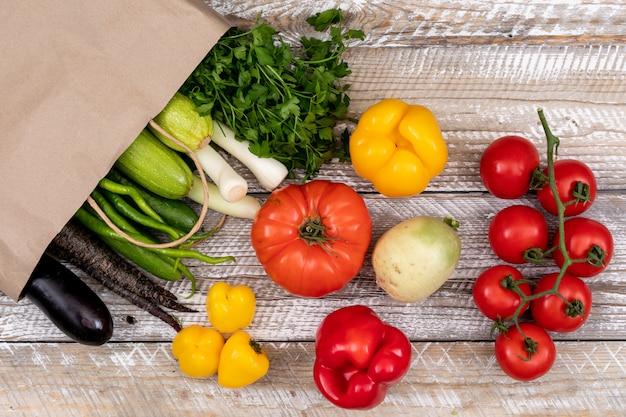 Vegetales saludables con bolsa de papel Foto gratis
