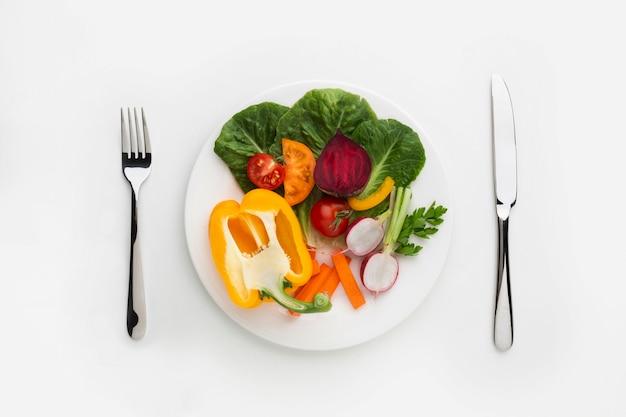 Vegetales saludables llenos de vitaminas en placa Foto gratis
