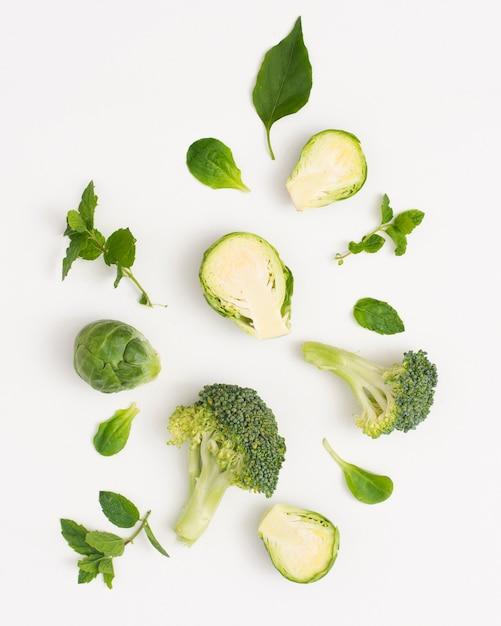 Vegetales verdes orgánicos sobre fondo blanco. Foto gratis