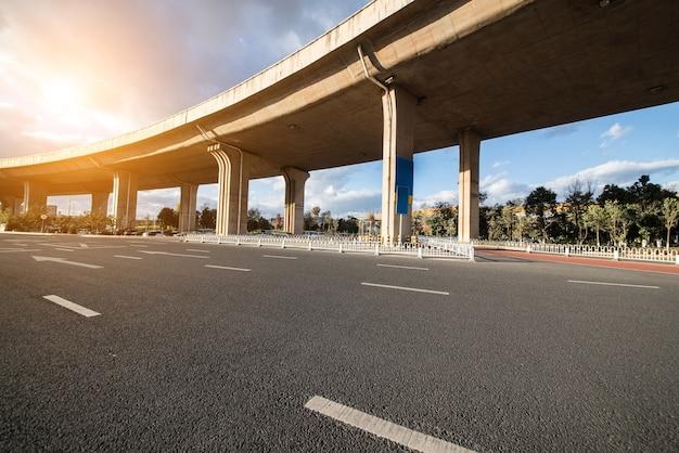 Vehículo de suspensión de la ruta de tráfico de la carretera Foto gratis