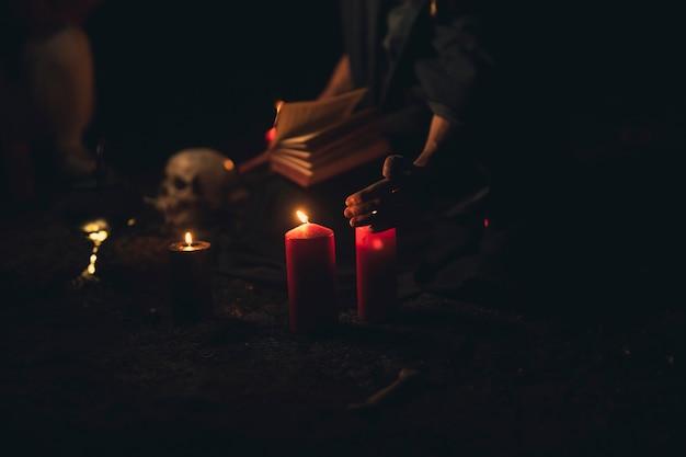 Velas y calavera en la noche oscura de halloween Foto gratis