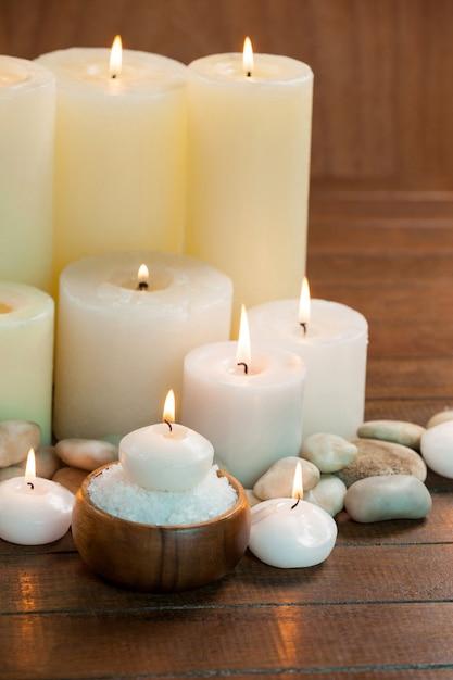 Velas con botellas de aceite de masaje y la sal del mar en - Botellas con velas ...