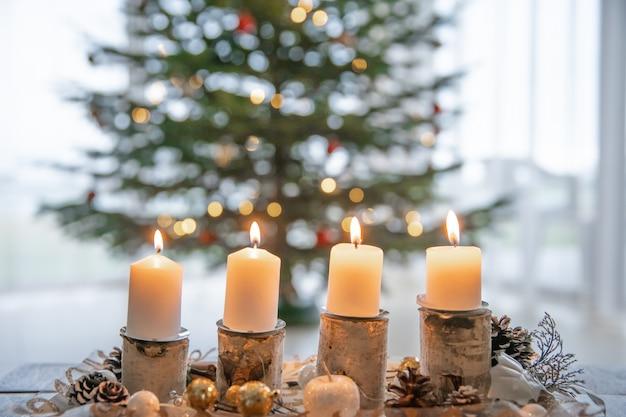Las velas de la corona de adviento se encienden todos los domingos según la tradición. Foto Premium