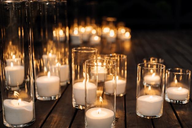 Velas encendidas en el candelabro de vidrio transparente en el piso Foto gratis