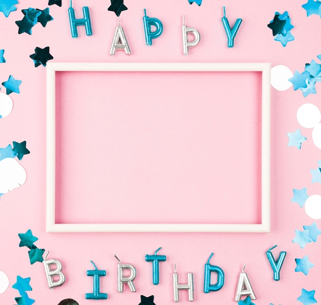 Velas de feliz cumpleaños vista superior con marco Foto gratis