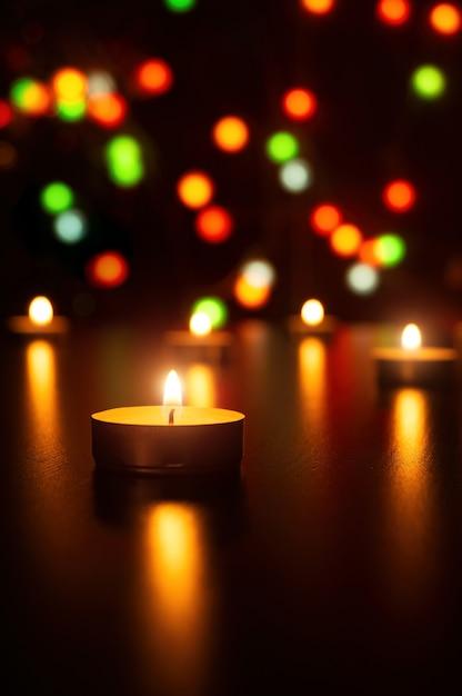 Velas de navidad llama luz decoración romántica en luces desenfocadas Foto Premium