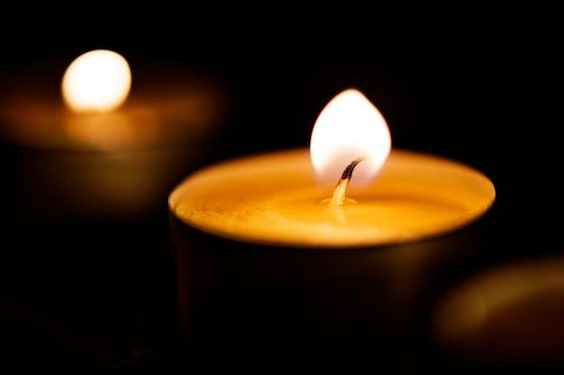 Velas que brillan intensamente en la oscuridad Foto gratis
