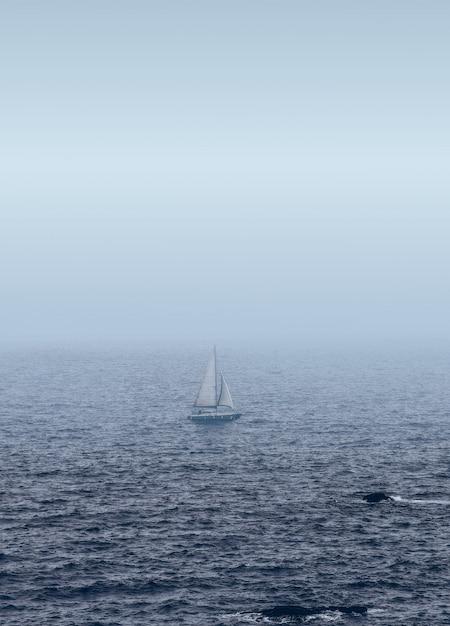 Velero blanco en el mar Foto gratis
