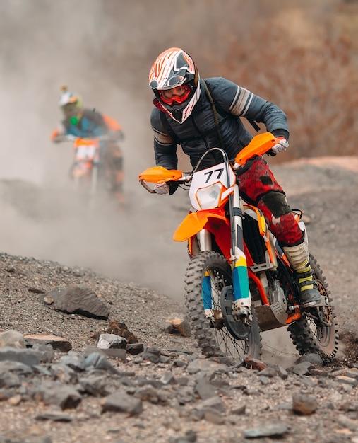 Velocidad y potencia de carrera de bicicleta de motocross en el deporte de hombre extremo, concepto de acción deportiva Foto Premium